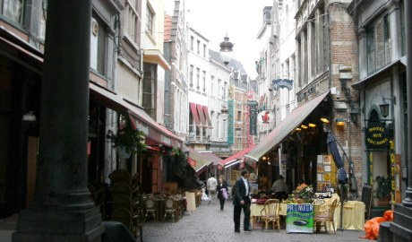 http://images.google.ro/imgres?imgurl=http://www.foiralle.com/belgique/Panorama-Bruxelles/bruxelles-panorama-place-03.jpg&imgrefurl=http://www.foiralle.com/belgique/Bruxelles_Impressions_Grand_Place.htm&usg=__23F-7HryscR-rm6x6ycuSsEZ0y0=&h=444&w=600&sz=82&hl=ro&start=17&tbnid=ZFpo5kZrqV7iiM:&tbnh=100&tbnw=135&prev=/images%3Fq%3DGrande%2BPlace%2Bbistros%26gbv%3D2%26hl%3Dro%26sa%3DG
