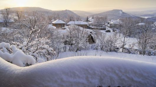 1328775435-deep-snow-sweeps-across-bulgarian-villages-near-veliko-turnovo_1042447